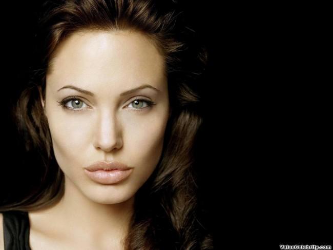 Анжелина Джоли с длиным носом