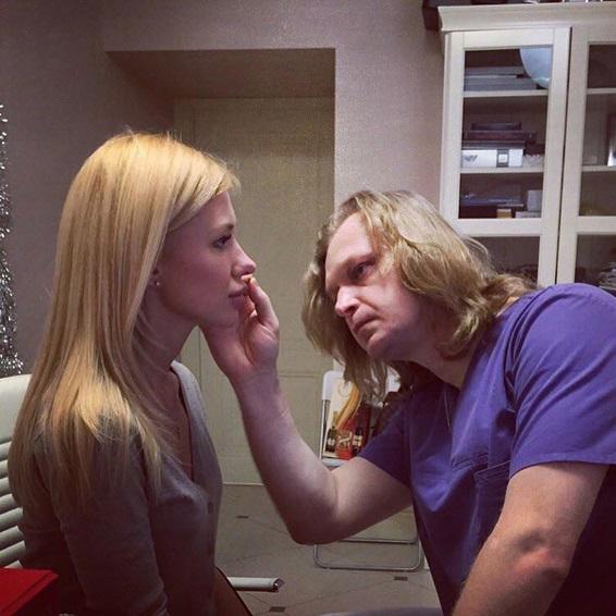 Пластический хирург осматривает нос Ковалевой